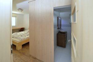 atypický nábytok obloženie steny s posuvnými dverami