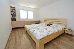 celomasívna javorová posteľ