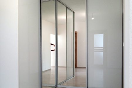 rohová skriňa - zrkadlo - biely lacobel - biele sklo na dverách