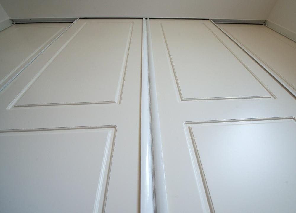 striekané posuvné dvere - madlá biele