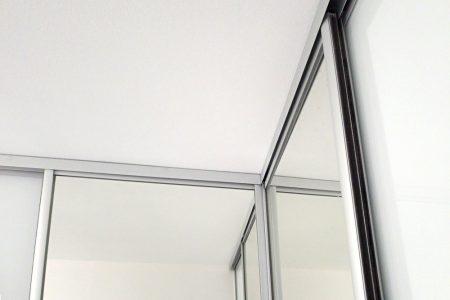 detajl rohu s posuvnými dverami