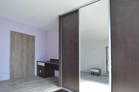 šatník s posuvnými dverami